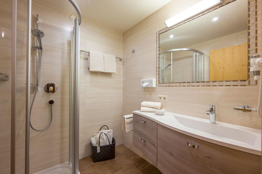 Hotel_Forelle_Tux_Vorderlanersbach_296_Ferienwohnunf_Regenbogenforelle_Badezimmer.jpg