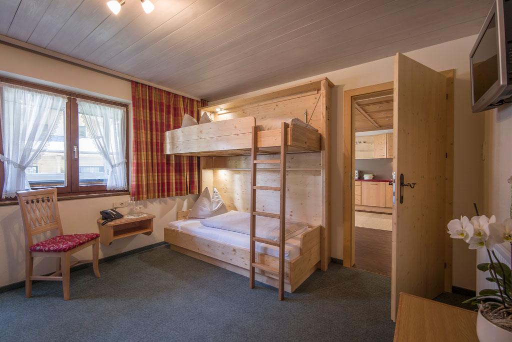 Hotel_Forelle_Tux_Vorderlanersbach_296_Ferienwohnunf_Regenbogenforelle_Stockbettzimmer.jpg
