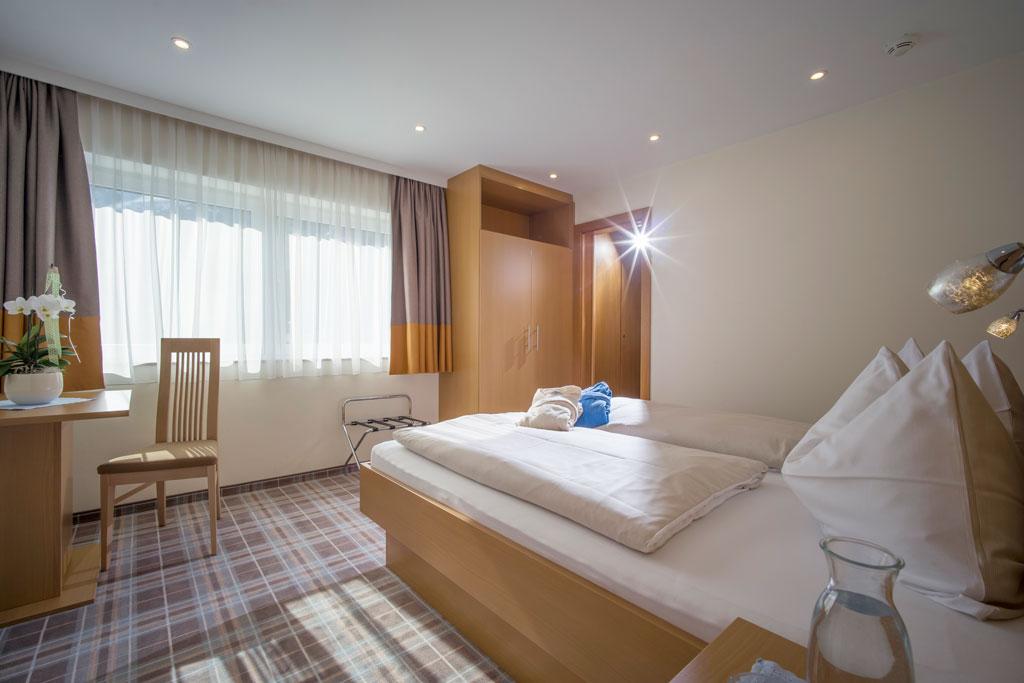 hotel_forelle_tux_vorderlanersbach_296_ferienwohnunf_regenbogenforelle_schlafzimmer.jpg